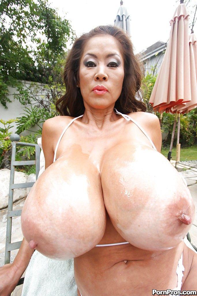 Petit sexy nude brunette